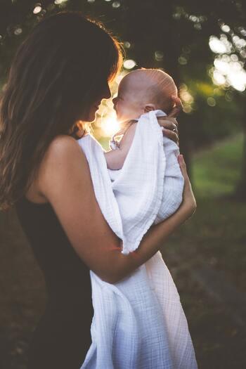 家庭を築き、子供ができ・・・といった、自分のライフステージの変化。  ときに心が追いつかないほど、現実の時間はめまぐるしく過ぎていくもの。小さい子供がいるママなら「朝から戦場のように忙しく、ベッドでの寝かしつけが終わってやっとホッとできる・・・」という状況では。  今回見つめなおしたいのは、そんな忙しい日々のなかでも大切にしたい、「家族の成長記録」の残し方。