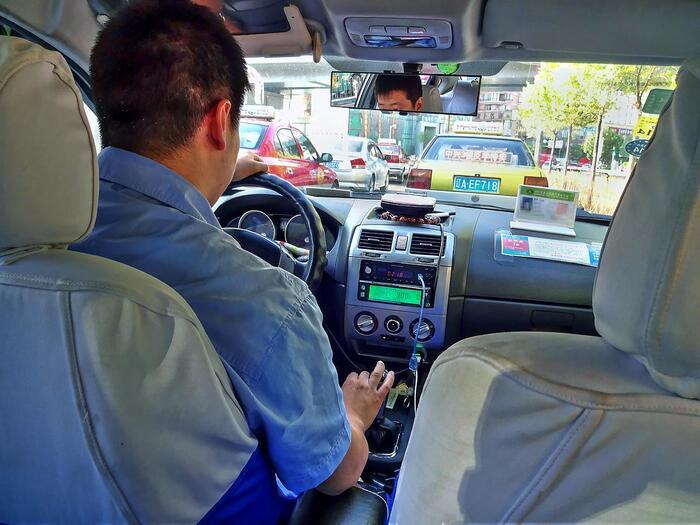 空港に着いたら、まずは市街地まで移動しなければなりません。空港からは市街地までのシャトルバスも出ているようです。タクシーを使う場合、日本語はもちろん英語も通じないことがほとんどなので、Wi-Fiを繋いでスマホで通訳のアプリを起動しておくことをおすすめします。市街地での滞在は、歩きや電車、バス、タクシーで移動することが多いです。物価が安いので、電車やバスの移動は慣れればかなりお得で便利です。