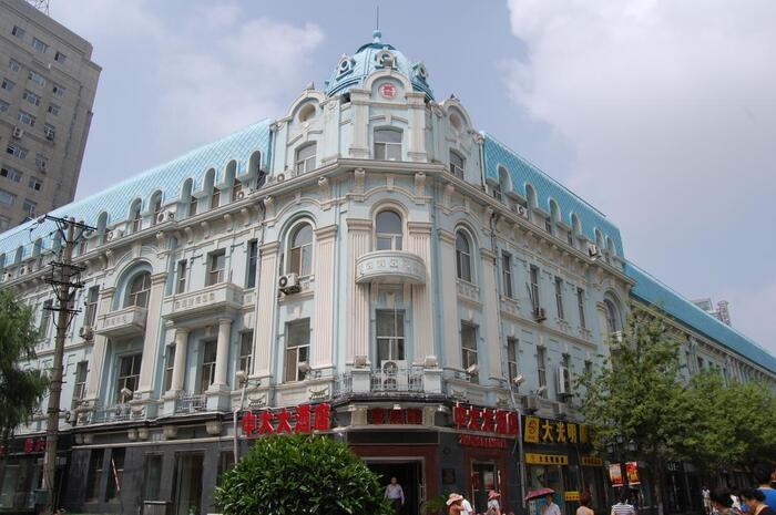 ホテルも市街地に数多くあります。大体の観光名所や市場やごはん屋さんも市街地に集まっているので、近くのホテルを取っておけば間違いないでしょう。ちなみに中国語で「酒店」はホテルや旅館のこと。ですので、ハルビンでも「酒店」とあるのはホテルになります。