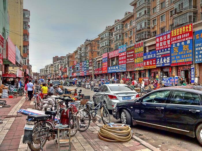 みなさん、「ハルビン」という都市をご存知ですか?中国の北端にある、歴史と発展を感じることのできる都市。こちらの画像に並ぶ建物のように、中国でありながら、アジアとロシアの雰囲気を味わえる場所なのです。歴史ある建造物、冬には有名な氷雪祭りなど見所も満載。今回は、そんな魅力たっぷりの「ハルビン」についてご紹介していきます♪