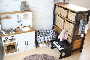 リビングにキッズスペースを作りたい場合は、こんな風に棚で仕切るのもおすすめ。おもちゃなどで散らかりがちなスペースなので、目線を遮るものがあると助かります。