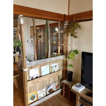 DIYでパーテーションを作るなら、「ディスプレイすること」を意識するのがおすすめです。棚でも壁でも、雑誌やオブジェを飾れるような作りにすることで、おしゃれな雰囲気が作りやすくなりますよ。