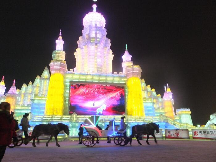 ハルビンといえば「ハルビン国際氷雪祭」です!この氷雪祭りは、札幌、カナダのケベックと並ぶ「世界三大雪祭り」のひとつで有名なもの。会場はかなり広く、敷地内にはご覧のように馬車が走っています。