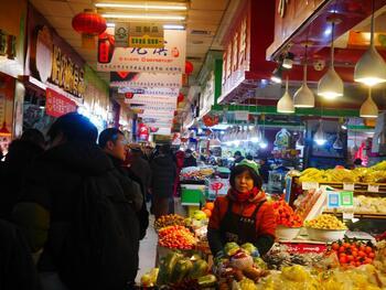 ハルビンではあちらこちらに市場があります。この写真は、大聖堂の向かいにある「道理茉市場」。地下にある市場ですが、中は広くてさまざまな食べ物が売られています。市場では饅頭やパンを買って食べ歩くのがオススメです♪