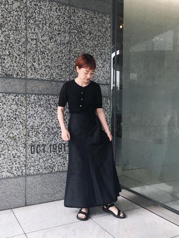 オールブラックコーデは、ロングスカートにすることで女性らしさと上品さを演出できます。トップスはユニクロでプチプラも上手に取り入れたコーデ。足元はサンダルでゆるっと感をだすと程よい抜け感が作れます。