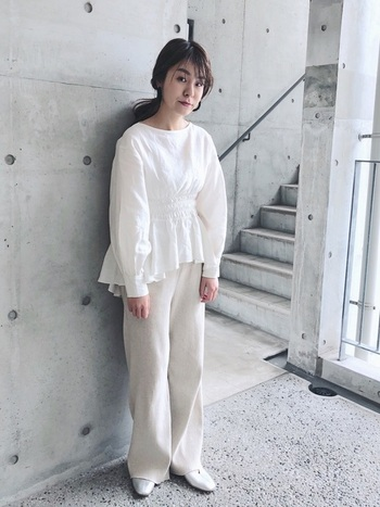 タックが入った女性らしい印象のブラウスに、リブパンツを合わせて今どきっぽく。白とベージュで色に統一感を出すことで、こなれ感がでておしゃれな印象になります。