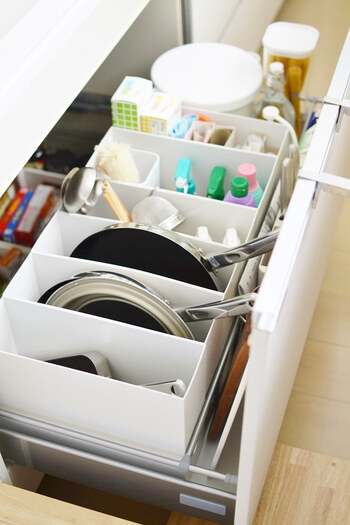 こちらもファイルケースを使った整理術。シンク下の引き出しに仕切りとして利用しています。フライパンなどの大きな物から、調理道具や掃除用具まできれいに収納。家事の効率が大幅に上がりそうですね。