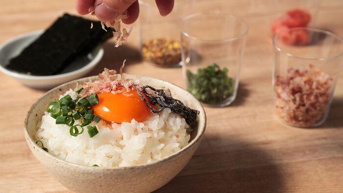 普段なにげなく食べているお米ですが、新米を炊いた時のふんわりとした湯気の香りや、頬張った時のもっちりした甘い味わいは、お米本来の美味しさを改めて教えてくれます。たまには土鍋で炊いてみたり、季節の具材でいろいろなおかずを合わせてみるなど、ぜひ今年の新米をたくさん楽しんでみて下さいね。