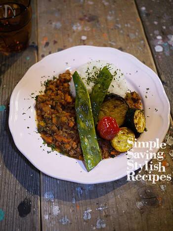 こちらは、カフェ風のドライカレー。添える野菜は大きめカットが豪華。炒めてもいいですが、魚焼きグリルで焼いてこんがりと網目をつけるのもおすすめ。