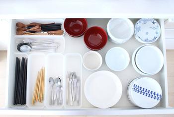 引き出しにカトラリーを収納する時は、仕切りケースを使って小分けにしましょう。どこに何があるかすぐに分かれば、テーブルセッティングも素早く出来そうです。