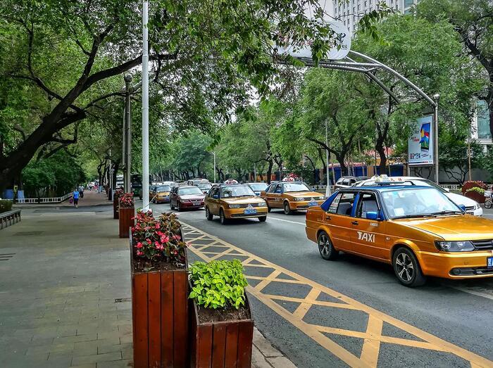 ハルビンに旅行に行った際は1度は利用するであろうタクシー。しかしタクシー運転手の中には、観光客だとわかると高額な料金を請求してくる人もいます。一般的にハルビンのタクシーの初乗りは3キロまで9元ほど、その後1キロごとに1.9元程度とされています。もし目的地に到着した際に明らかに高い値段を請求された場合は、スマホの電卓機能で希望の金額を提示するのもひとつの方法です。