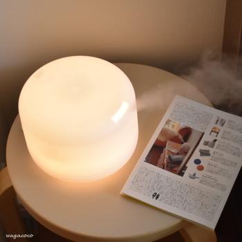 「無印良品」のアロマディフューザーは、超音波による振動で水をミスト状にして香りを拡散するので、エッセンシャルオイル本来の自然な香りを楽しむことが出来るのだそう。シンプルなデザインでお部屋に馴染んでくれるのも◎。間接照明としても使えるので、夜のリラックスタイムにおすすめです。