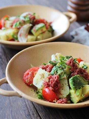 レンジで作る、お手軽ホットサラダのレシピ。じゃがいもを余熱で蒸すのと、コンビーフは一番上にのせて旨味を活かすのがポイントです。