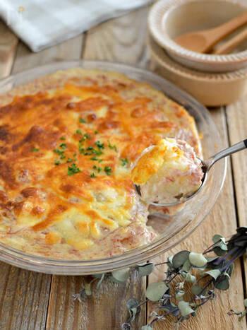 じゃがいも×コンビーフの相性抜群なグラタンは、コンビーフの旨味がクセになる味。おうちにある食材でボリュームのある一品を作ることができます。