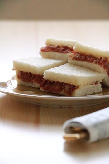火を通さなくてもOKなコンビーフは、ツナ缶同様パンとも好相性。こちらのレシピでは、コンビーフメインでサンドイッチにしています。セロリの風味とからしマヨのピリ辛で、ビールに合うおつまみになりますよ。