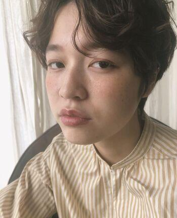 目の印象を左右するまつ毛。程よくまつ毛を上げることで、自然でアンニュイな雰囲気を作れます。目元と口元のカラーに統一感があるのも良いですね。