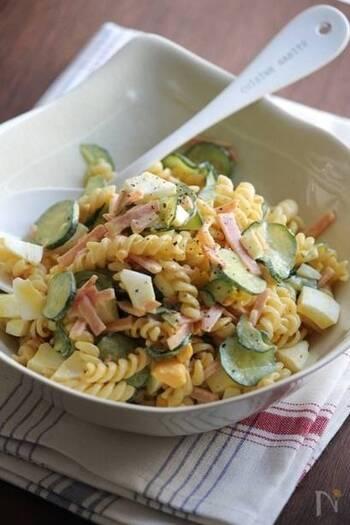 具材たっぷりのマカロニサラダは、マカロニの代わりにショートパスタで作っても可愛く仕上がります。茹で立てパスタに下味をつけることで、ワンランク上の美味しさになりますよ。