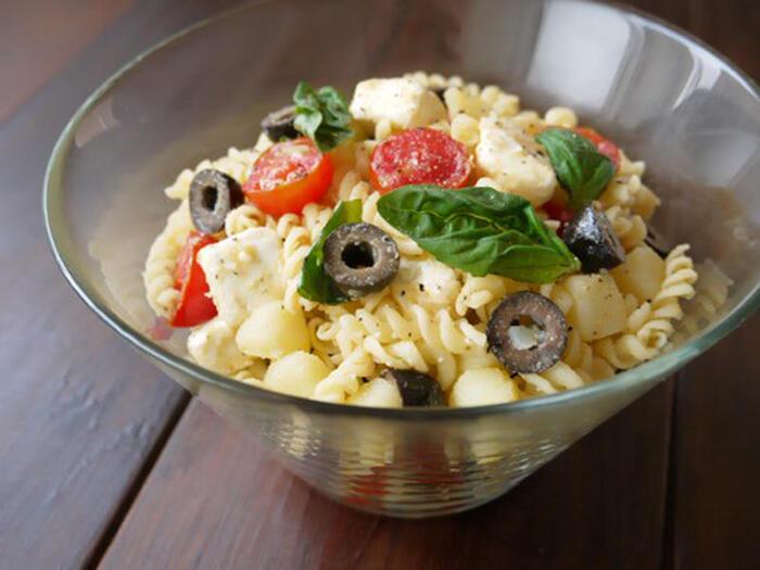 同じマカロニサラダでも、イタリア風にアレンジすればグッとオシャレに。映える一品になるので、おもてなしやパーティーで作っても話題になりそうです。