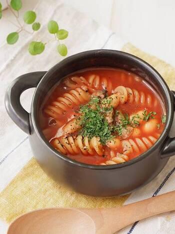 ワンポットで作れる、トマトジュースを使ったお手軽トマトスープ。具材を選べば包丁も不要!ショートパスタはスープで煮るので味が染み、程よいとろみもつきます。