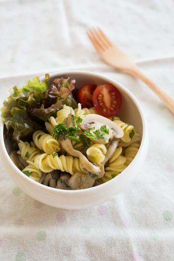 溝にソースが絡みやすいフジッリは、パスタとしてはもちろんサラダとしての使い方も好相性でおすすめです。こちらのレシピなら温かいままでも冷やしても美味しく食べることができるので、一年中楽しめます。