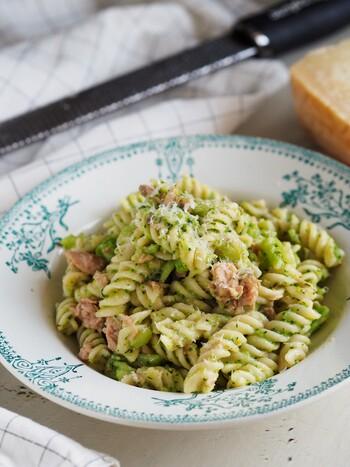 こちらもフジッリにおすすめのレシピ。フジッリとブロッコリーは一緒に茹でるので、ワンポットで作れてお手軽です。ソースの綺麗なグリーンが印象的ですね。
