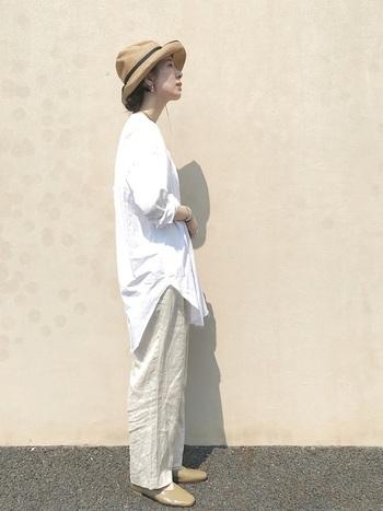 大きめサイズの白シャツに、ベージュのイージーパンツを合わせたリラックスコーデ。優しい色合いのグラデーションが、やわらかい印象を作っています。麦わら帽子がアクセントになってバランスがとれたコーデに。