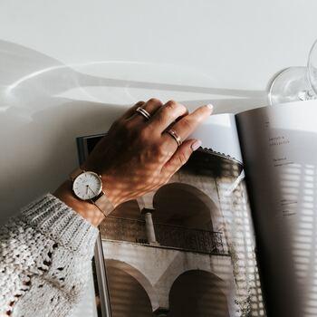 シンプルなのに、いつものお洋服に合わせると存在感抜群!ちらっと袖から見える、おしゃれで可愛い北欧の腕時計にうっとり。北欧らしさ満載の、ミニマルなデザインは、思わず「見て見て!」と自慢したくなってしまいますね。