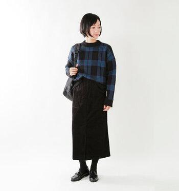 ロング丈の黒タイトスカートに、ブルーのチェック柄トップスをフロントタックイン♪ウエストにリボンが施されたデザインのスカートなので、ちょっとだけボトムスに入れ込むだけでこなれ感がアップします。