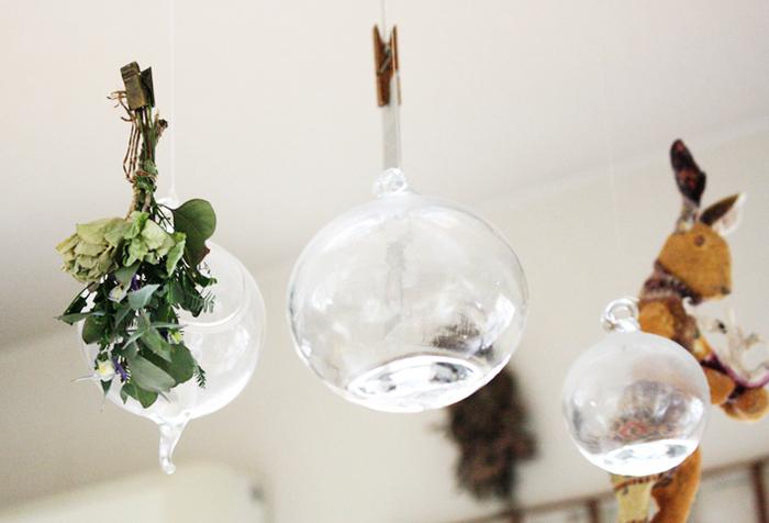 風鈴のような丸いガラスの器にはピンチを使って、ドライフラワーをアレンジ。センスの良さを感じさせる素敵な飾り方です。