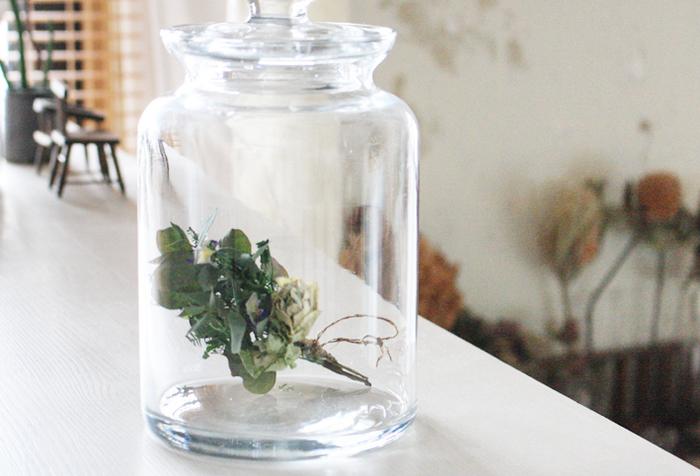 大きなガラス瓶にさりげなく閉じ込められたドライフラワー。存在感のあるドライフラワーは、埃も入らずきれいなまま保つことができ、一石二鳥ですよね。