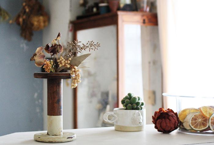 アンティークの糸巻きを花器として活用しています。水がいらないドライフラワーならではの使い方ですね。下の部分だけご自分でペイントされているそう。レトロな雰囲気が上手に醸し出されています。