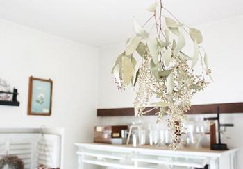 天井から吊るした葉っぱは、ふんわりとお部屋の空気を軽くしてくれるかのよう。シルバーがかった色合いもお洒落です。