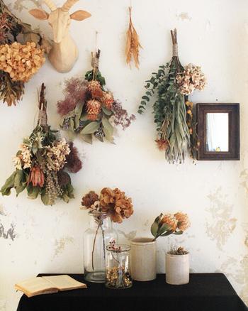 大小のドライフラワーがアレンジされた美しい壁面は、ナチュラルテイストなインテリアのお手本にしたくなります。