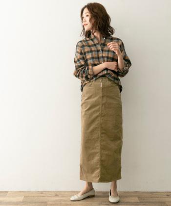 ベージュのロング丈タイトスカートにチェック柄のシャツをタックインした秋色コーデ。カジュアルな印象のチェック柄シャツも、タイトスカートに合わせるだけで大人っぽさがグッと高まりますね♪