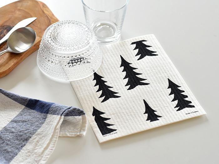 スウェーデンのインテリアブランド「FineLittleDay(ファインリトルデイ)」が、ブランドアイコンの「GRAN(グラン)」をスポンジワイプにデザイン。ランダムに配置されたモミの木が描かれ、シンプルながらも北欧のテイストを感じさせるおしゃれなアイテムです。