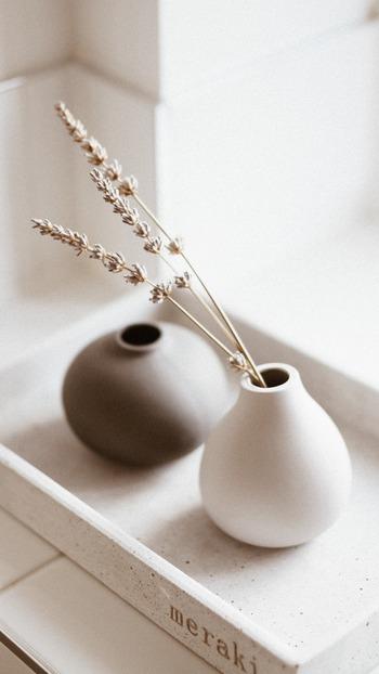 丸みを帯びた花器とすらりとしたドライフラワーのバランスが最高です。もうひとつの花器にはお花を入れていないところが冴えています。