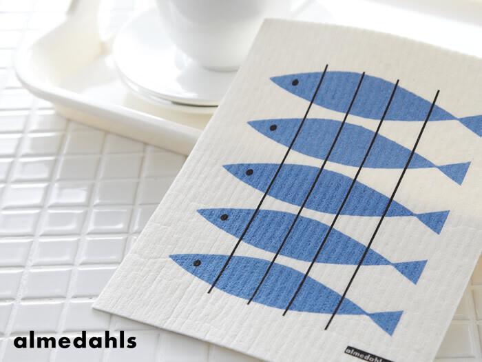 """創業150年という、スウェーデンの老舗ファブリックメーカー「almedahls(アルメダール)」。北欧の食卓で愛される""""sill(シル)""""とは、ニシンのことを指しています。5匹並んだお魚が、シンプルながらもほっこりとした気分になる素敵なデザイン。"""