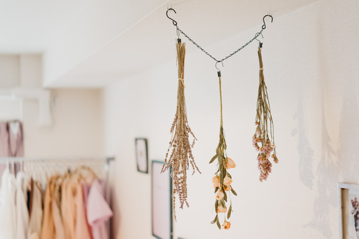 天井からフックでチェーンを吊って、そこにアレンジしたドライフラワーたち。すっと長い縦のラインが強調されて、とても上品な印象です。