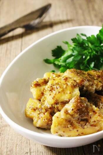 ハニーマスタードチキンは、鶏肉を焼いてソースを絡めるだけなのでとても簡単!マスタードのイエローと添えたパセリでテーブルも華やかに。
