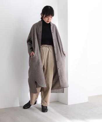 シルクネップをミックスした、ウール素材のシャツワンピース。バンドカラーデザインで、ナチュラルに着こなせます。秋冬に大活躍してくれる素材感は、羽織としても使えて着回し力抜群。裾はさりげなく前後差のあるデザインで、着るだけでこなれ見えが叶います。