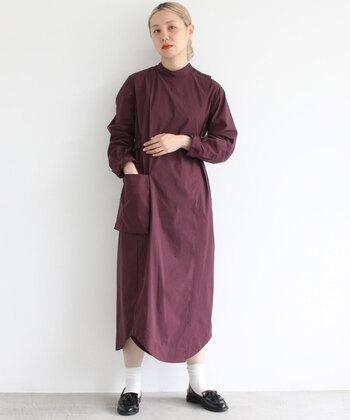 上品な印象のスタンドカラーに、巻きスカートのようなデザインをプラスした気映えワンピースです。後ろで結ぶベルトも付属していて、一枚でさらりと着るだけでトレンド感をしっかり押さえたコーディネートに仕上がります。