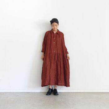 リネン素材のシャツワンピースは、深みのある発色と柔らかな生地が魅力。ワイドシルエットでゆったり着こなせるので、一枚で着ても羽織りとして使ってもOKです。おうちで過ごす日のリラックスコーデに、一枚でシンプルにスタイリングするのもおすすめ♪