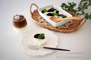 豆腐とクリームチーズを使ったレアチーズスコップケーキ。こちらはオレオを入れていますが、ミックスベリーなど冷凍フルーツも手軽で見た目も華やかになりそうです。