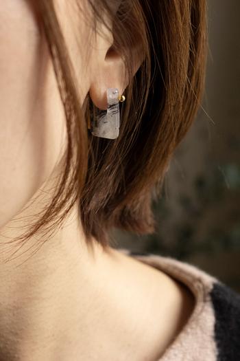 トルマライズドクォーツという天然石を使ったピアス。耳たぶを覆うようなデザインがおしゃれです。天然石は模様がそれぞれ違い、全く同じものが存在しないという特別感を味わえます。