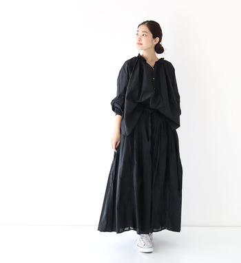 コットンレースのシャツとスカートを同色で合わせたブラックコーデ。黒のアクセサリーで統一しても素敵ですし、グレーや白のアクセサリーでアクセントにするのもおすすめです。