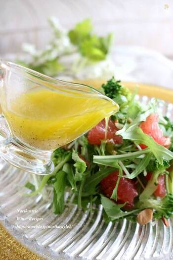 フルーティーな白ワインビネガーと、オリーブオイルをよく混ぜ合わせてドレッシングに。フルーツが入ったサラダにぴったりのフレーバーになります。
