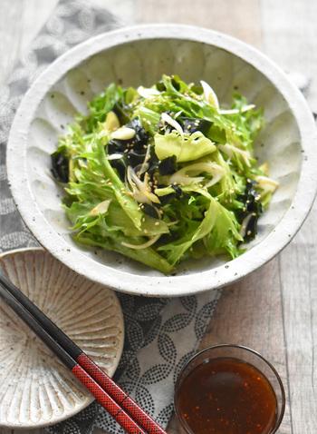 野菜不足を感じたら、ニンニクの風味が活きるチョレギサラダを。豆腐や長ネギ・きゅうりや海藻など、どんな素材とも相性がいいのもうれしいポイント。