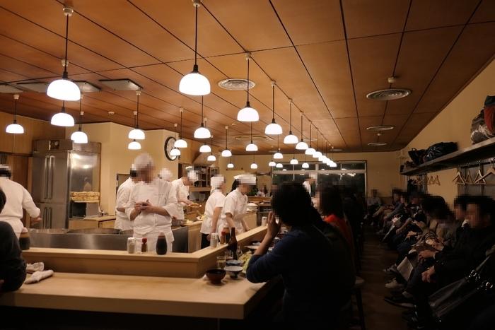 2階建ての広い店内ではたくさんの職人たちがテキパキととんかつを揚げています。大きなカウンターにずらりと並ぶお客さんの後ろには、順番待ちの人達が。人気店ならではの壮観な雰囲気に、否が応でも期待が高まります。