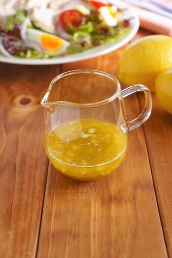 レモンのはちみつ漬けを使って作るさわやかでまろやかなドレッシング。お肉料理やサラダ、魚のカルパッチョにかけるのもおすすめです。