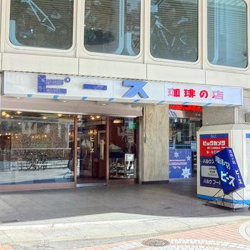新宿駅から徒歩3分、昔ながらの看板が目印の老舗の喫茶店「ピース」。周辺にオシャレなカフェが並ぶ新宿という立地ながら、根強いリピーターや外国人観光客に愛される名店です。